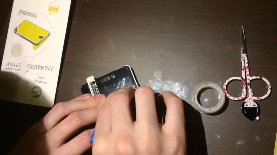 Как правильно клеить пленку на смартфон без пузырей