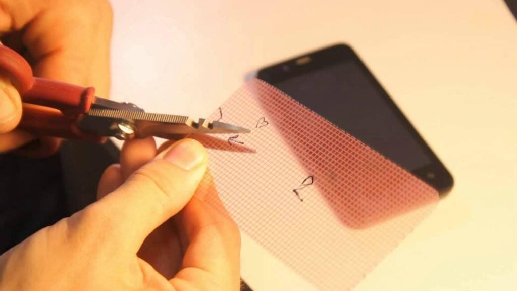 Как наклеить на экран телефона защитную пленку без пузырьков?