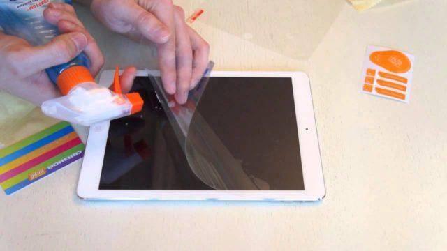 Как наклеить защитную плёнку на смартфон без пузырей?