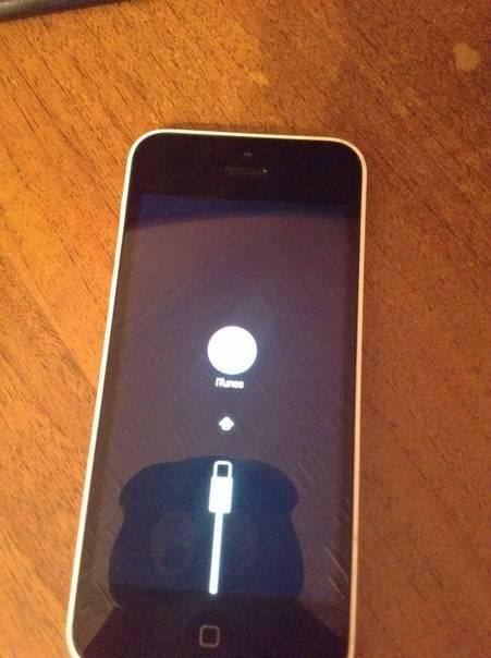 На экране айфона горит яблоко и он не включается, что делать?