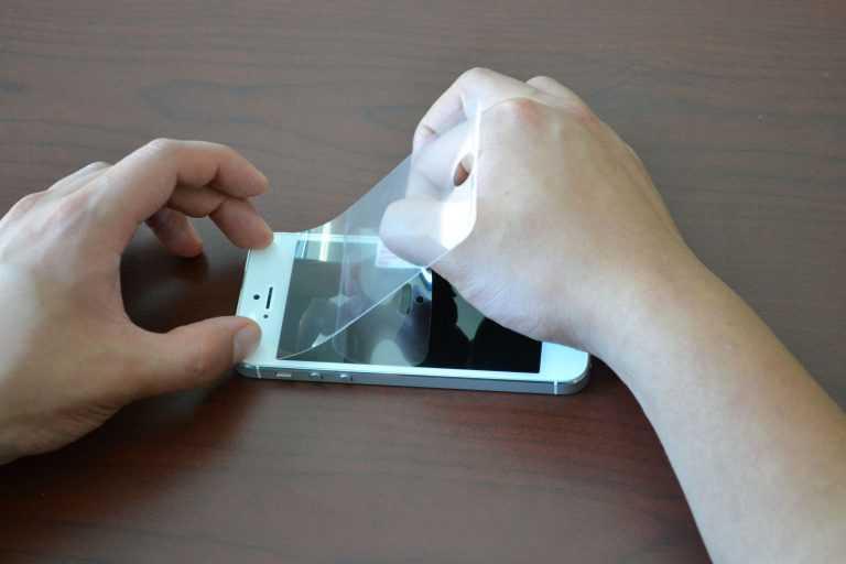 Как наклеить защитное стекло на телефон: инструкция, особенности, советы
