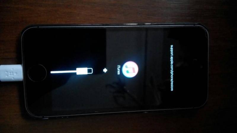 Не включается айфон 5s горит яблоко и красный экран, что делать?